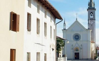 Il paese di Bugnins con la chiesa di San Lorenzo Martire